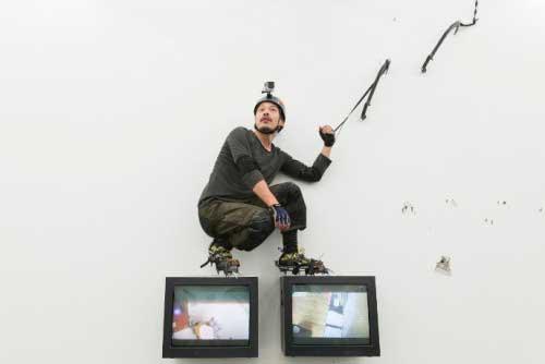 L'artista Tang Dixin fotografato durante una sua performance